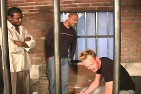 White man gets plowed In The Prison By Blacks