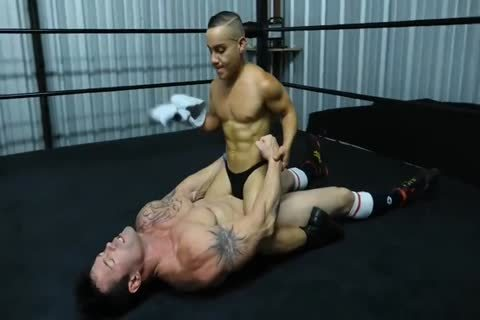Muscle guy Beat Up By Midget